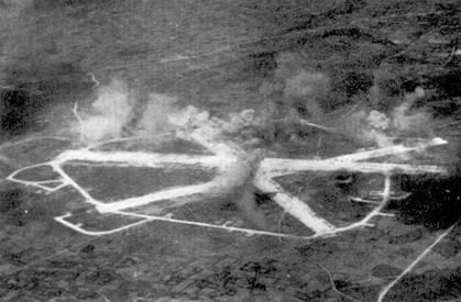 Снимок сделан Ронни Хэем со своего оборудованного двумя аэрофотоаппаратами «Корсара». На фотографии — японский аэродром на острове Мияко. Аэродром атакуют британские «Эвенджеры» и «Корсары», март 1945г. В результате налета значительные повреждения получила основная взлетно-посадочная полоса.