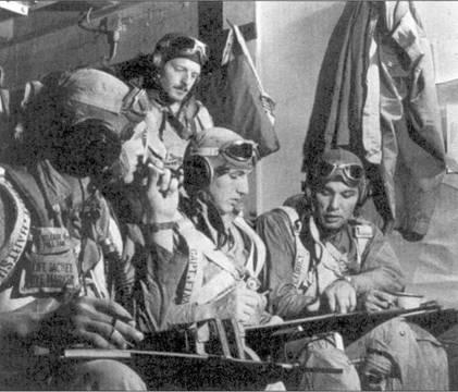 Предполетный инструктаж на борту авианосца «Эссекс», декабрь 1944г. Слева направо: кэптен Эдмонд Хэртсук (2 победы), 1-й лейтенант Джордж Б. Паркер (1 победа), кэптен Ховард Дж. Финн (6 побед), 1-й лейтенант Уильям Макгилл (3 победы). В период своей первой командировку на войну Финн сбил пять японских самолетов. Свой боевой счет он увеличил 25 февраля, сбив на пару со 2-м лейтенантом Доном Карлсоном истребитель «Оскар» над аэродромом Кумагая, Япония.