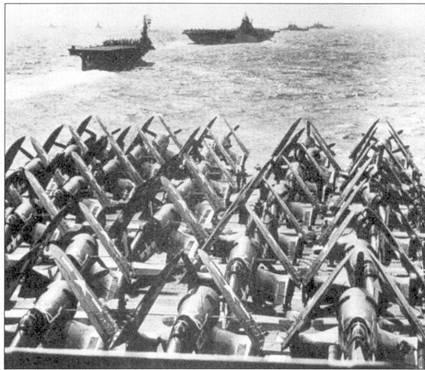 Корабли 58-го оперативного соединения держат курс к берегам Японии, март 1945г. На переднем плане — «Корсары» 84-й авиагруппы, припаркованные в передней части палубы авианосца «Банкер Хаи». В составе авиагруппы имелось одна эскадрилья авиация ВМС США и две эскадрильи корпуса морской пехоты, всего -71 «Корсар».