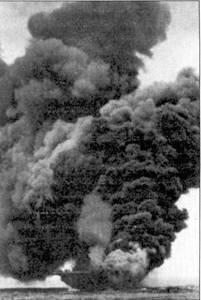 «Банкер Хилл» горит. Авианосец был поражен камикадзе 11 мая 1945г. Множество самолетов было уничтожено па верхней палубе корабля, где они находились в ожидании команды на взлет.