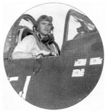 2-й лейтенант Роберт Уэйд из эскадрильи VMF-323 сфотографирован в кабине истребителя F4U-ID с бортовым номером «51». На этом истребителе летали разные летчики, на борту фюзеляжа нанесены отметки о трех победах, две из них — Уэйда. Всего же Уэйд одержал семь подтвержденных побед в воздушных боях.