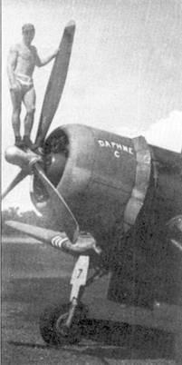 Джим Капп позирует в стандартной униформе Соломоновых островов — бейсболке и плавких. Ас окрестил свой истребитель F4U-1 с бортовым номером «7» по имени своей жены Дафны Капп «DAPHNE С».