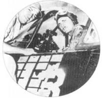 Кэптен Кеннет А. Уэлш сфотографирован в кабине своего истребителя F4U- 4 Bи№80879 с бортовым номером «13». Снимок сделан 22 июня 1945г., после того, как Уэлш одержал свою 21 победу. Механик самолета сержант Гарри Росс (на снимке слева) едва успел нарисовать очередную отметку о сбитом. Модель F4U-4 являлась наиболее совершенной модификацией «Корсара», поступившей на вооружение в годы второй мировой войны. От предыдущих вариантов F4U-4 отличался более мощным двигателем, четырехлопастным воздушном винтом, а также множеством других, не так бросающихся в глаза, отличий.