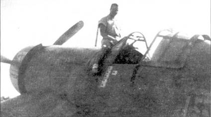 Джим Капп верхом на фюзеляже своей «DAPHNE С». 11 сентября 1943г. Капп одержал в воздушном бою свои питую и шестую победы: сбил «Тони» и «Зеро». На следующий день в ходе налети ни аэродром Кахитли, Капп уничтожил на земле десять самолетов противника, а в порту — две баржи. Капп сбил 12 японских самолетов, прежде чем сбили его самого. В свой последний вылет ас ушел на F4U-1 Bu№03803.