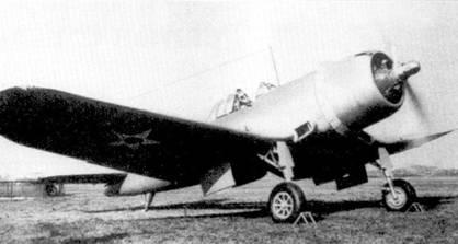 Первый прототип XF4U-I поднялся в воздух 29 мая 1940г., решение о серийном производстве новых истребителей было принято 29 мая 1940г. На самолет был установлен самый крупногабаритный и самый мощный на тот момент звездообразный двигатель воздушного охлаждения Пратт-энд-Уитни R-2800. Огромный мотор требовал соответствующего воздушного винта: пропеллер самолета XF4U-1 имел самый большой среди одномоторных самолетов диаметр. Большой диаметр породил проблему клиренса. Чтобы не делать чрезмерно длинные стойки основных опор шасси инженеры фирмы Чэнс-Воут предложили установить опоры в изломах крыла типа «обратная чайка». За счет использования весьма необычного крыла истребитель приобрел неповторимый силуэт.