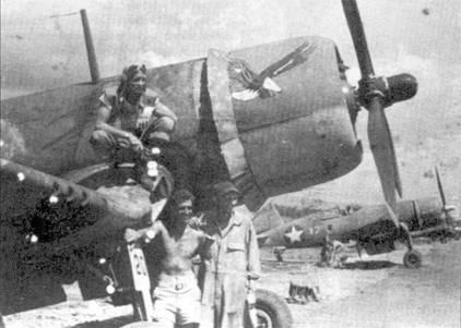 """1-й лейтенант Фон Р. «Пончо» Гэрисон позирует на крыле истребителя F4U-I с бортовым номером 20"""". 30 июня 1943г. Гэрисон сбил два «Зеро». «Корсар» Гэрисона зажгли истребители «Зеро» 17 июля 1943г., летчик погиб."""