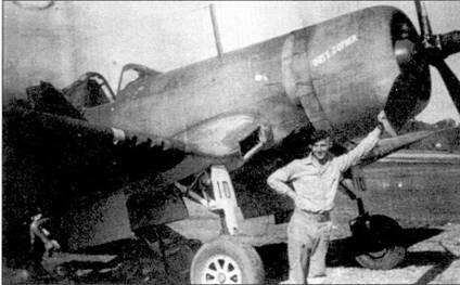 1-й лейтенант Уилбур Дж. «Гас» Томас сфотографирован на фоне своего истребителя F4U-1 с бортовым номером «10» и собственным именем «GUS'S GOPHER». Томас являлся самым результативным летчиком эскадрильи VMF-213, на его счету значилось 18, 5 побед. Первые четыре победы он одержал в одном боевом вылете 30 июня 1943г. Опытнейший летчик погиб в авиакатастрофе 28 января 1947г.