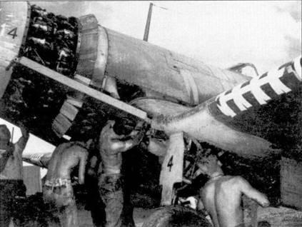 Техническое обслуживание истребителя F4U-I с бортовым номером «4» us эскадрильи VMF-213, Гуадалканал, июнь 1943г. По количеству полос, налепленных на переднюю кромку крыла можно подумать, что самолет вооружен аж десятью пулеметами! Имитация дополнительных пулеметных портов широко практиковалась в эскадрильях VMF-213 и VMF-124.