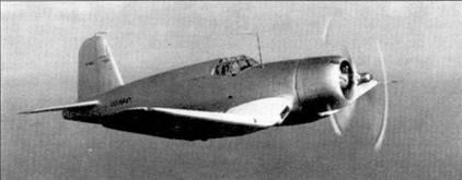 Первый прототип XF4U-1 в полете. Нетрудно убедится, что серийные «Корсары» сильно отличались от опытного самолета. К примеру прототип был вооружен одним пулеметом калибра 7,62 мм и тремя — калибра 12,7 мм, на серийных самолетах стояло по шесть крупнокалиберных «Браунингов». Усиление крыльевого вооружение привело к сокращению объема расположенных в плоскостях топливных баков; чтобы сохранить дальность полета на прежнем уровне на серийном истребителе в фюзеляже перед кабиной летчика появился еще один бак для горючего. В свою очередь монтаж бака заставил конструкторов сдвинуть кабину пилота на метр ближе к хвосту. Перенос кабины ухудши/ обзор летчику — пришлось на шесть дюймов поднимать сиденье пилота, соответственно — изменились очертания фонаря кабины и гаргрота.
