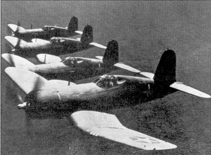 Звено истребителей F4U-1 «Корсар» из эскадрильи VMF-215 в полете недалеко от побережья Гавайских островов, начало 1943г. Кэптен Роджер Конэнт вспоминал: «Мы перегнали наши истребители с расположенной на Гаваях авиабазы Барберс-Пойнт на Мидуэй. «Корсары» имели в концевых частях плоскостей крыла 50- галлонные топливные баки. Мы их использовали при длительных полетах. На Мидуэе мы получили возможность в течение трех месяцев освоить «Корсары», ранее у нас не было времени вдоволь полетать ни новых истребителях».