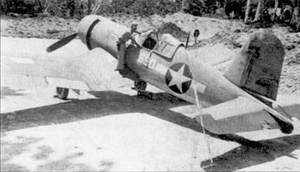 Еще один снимок F4U-1 Bu№17590 с бортовым номером «590», аэродром Мунда. Истребитель был окрашен по трехцветной «контртеневой» схеме. «Уши» к опознавательному знаку пририсованы в полевых условиях. Самолет оснащен фонарем кабины раннего типа, обеспечивавшего худший обзор, чем более поздние каплевидные.