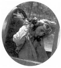 К боевому вылету готовится 1-й лейтенант Кеннет Эмброуз Уэлш. Уэлша отобрали для прохождения курса подготовки морского летчика в марте 1936г. Опытный пилот со стажем в семь лет впервые понюхал пороху на Гуадалканале в составе эскадрильи VMF-124, летчику тогда исполнилось 26 лет. Он стал самым первым асом, одержавшим все победы на «Корсаре». Боевой счет Уэлш открыл 1 апреля 1943г., сбив два японских самолета.