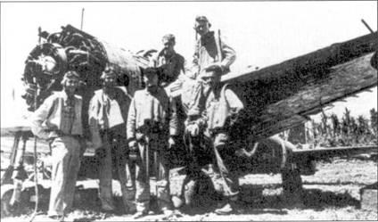 Летчики эскадрильи VMF-215 позируют на фоне полуразбитого истребителя Накаяма Ки-43 «Оскар». Эти самолеты широко использовались ВВС Японии, американцы часто путали их с «Зеро», которые имелись на вооружении только в морской авиации Японии. «Оскару» были присущи все достоинства и недостатки японских истребителей: высокая маневренность в плюсе, но слабое вооружение и отсутствие бронезащиты являлось явным минусом. Учитывая нехватку в Японии на заключительной стадии войны опытных летчиков, «Оскары» становились легкой добычей для пилотов «Корсаров».