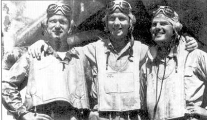 Трое самых результативных пилота эскадрильи VMF-215, Бугенвилль, начало 1944г. Слева направо: 1-й лейтенант Роберт М. Хэнсон (25 подтвержденных и две вероятных победы; два самолета Хэнсен сбил в составе эскадрильи VMF-214), кэптен Дональд Н. Элдрич (211 достоверных побед и 6 вероятных), кэптен Харольд Л. Спирс (15 достоверных побед и 3 вероятных).