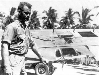 1-й лейтенант Хэнсон сфотографирован на фоне поврежденного истребителя F4U, снимок датирован 4 августа 1943г. Японец всадил в плоскость «Корсара» 20-мм снаряд, а чуть позже «Зеро» был сбит Хэнсоном. Хэнсон был уверен, что сражался с «Зеро», на самом деле его оппонентом являлся истребитель «Они».