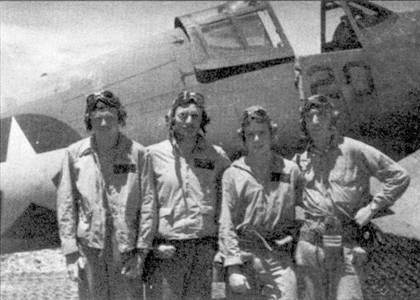 Кен Уэлш с летчиками своего 4-го звена, Гуадалканал, февраль 1943г. Слева направо: 1-й лейтенант Уильям Джонсон, 2-й лейтенант Кен Уэлш. 1-й лейтенант Дин Рэймонд, мастер-сержант Трой Шелтон. Четверка этих летчиков собьет над Соломоновыми островами 27 японских самолетов: Джонсон и Рэймонд по два, Шелтон — три, а Уэлш — двадцать. Обратите внимание — ниже фонаря кабины «Корсара» бортовой номер «20» написан черной краской. Боевой опыт показал, что цифры черного цвета плохо читаются, поэтому появились бортовые номера белого цвета, которые стали рисовать на средней части фюзеляжа прямо перед опознавательными знаками.