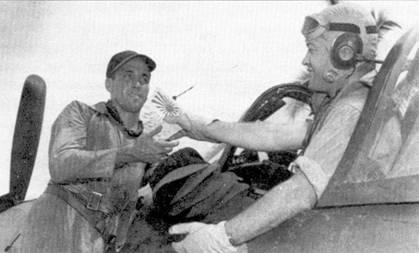 Майор Грегори Бойингтоун меняет кипу бейсболок на декаль в виде японского флага — требуется нанести на борт фюзеляжа истребителя F4U-1A Bu№17740 отметку о сбитом самолете противника. На крыле стоит второй по результативности пилот эскадрильи VMF-214 1-й лейтенант Крис Мэги (9 побед).