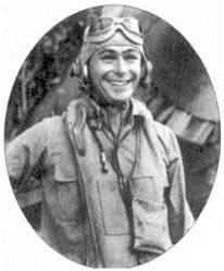 1-й лейтенант Джон Ф. Болт — ас с шестью победами. Болт предложил новый принцип снаряжения патронных лент к пулеметам «Корсаров». Стандартным считался вариант, когда зажигательные пули чередовались с трассирующими и бронебойными. В результате бронебойных пуль в очереди оказываюсь третья чисть. Японские самолеты не имели бронезащиты. Болт после экспериментов с обстрелом в Эспириту-Санто поврежденных японских самолетов пришел к выводу, что для их поражения бронебойные пули совсем не обязательны. Патронные ленты стали снаряжать следующим образом: через пять зажигательных патронов — один трассирующий. Такой способ снаряжения патронных лент быстро списка i популярность на всем Тихом океане, однако его широкое внедрение сдерживаюсь нехваткой зажигательных питронов.