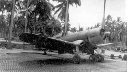 Кен Уэлш сидит в кабине истребителя с традиционным для летчика бортовым номером «13», 1 сентября 1943г. истребитель F4U-1 Ии №02189 был его любимым самолетом, эту машину разбил другой летчик из эскадрильи VMF-213. Летчики эскадрильи летали на любом исправном самолете в случае, если собственный истребитель не был пригоден к полету. В сентябре 1943г. Уэлш имел воинское звание 1-й лейтенант. 8 февраля 1944г. аса удостоили Почетной медали Конгресса США и представили к воинскому званию кэптен. На истребителе нарисованы фальшивые пулеметные амбразуры — обычная практика для эскадрильи VMF-213. Считалось, что таким образом, можно заставить противника поверить будто бы самолет имеет более мощное, чем на самом деле, вооружение.