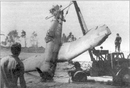 На самолете F4U-1 с бортовом номером «576» и собственным именем «Murine's Dream» Эд Олэндер сбил над Кихили 17 октября 1943г. истребитель «Зеро». Снимок «Корсара» сделан в декабре после аварии ни аэродроме Торокина. Бортовой номер самолета, «576», идентичен последним трем цифрам серийного номера.