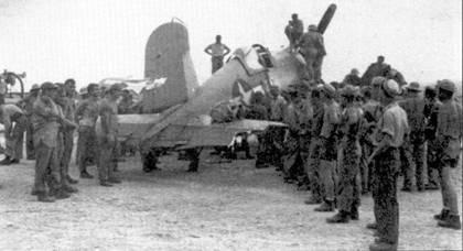 F4U-I Bu№17736т эскадрильи VMF-216. Самолет получил значительные повреждения в воздушном бою над Рабаулом 10 января 1944г. Летчики эскадрильи VMF- 216 одержали 27,33 победы в воздушных боях, главным образом — над Рабаулом.