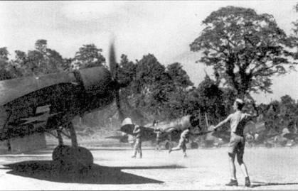 Прогрев двигателей самолетов F4U-1 «Корсар», Торокина-Пойнт, 10 февраля 1944г. Японские войска находились от аэродрома сравнительно недалеко. Японская <a href='https://arsenal-info.ru/b/book/1036139503/129' target='_self'>артиллерия</a> 8 марта вывела из строя аэродром, ночью американцам пришлось эвакуировать самолеты из Торокина-Пойнт. Окончательно морская пехота отбросили японцев от аэродрома 24 марта.
