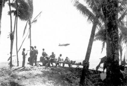 Летчики морской пехоты коротают минуты отдыха на пляже Торокина-Пойнт, па заднем плане — взлетает «Корсар». А эродром Торокина-Пойнт имел три взлетно-посадочных полосы: одну практически на пляже и две, Пива-Анкл и Пива-Иоки — в глубине острова. Первая полоса предназначалась для бомбардировщиков, две другие — для истребителей.