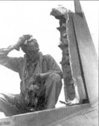 Майору Томасу М. Колиси из эскадрильи VMF-2I2 есть от чего задуматься, снимок сделан 20 января 1944г. в Велла- Лавелла. В воздушном бою над Рабаулом на истребителе Колиси F4U-1A Bu№17937 практически полностью был отстрелен руль направления. Совершенно не попятно каким образом пилот сумел вернуться в Велла-Лавеллу. Тремя днями позже майор рассчитался с японцами за обиду, сбив два «Зеро» над островом Йорк. Летчики эскадрильи VMF-212 на истребителях F4F и F4U одержат в воздушных боях 127,5 побед.