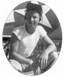 1-й лейтенант Гарольд И. Сигал из эскадрами VMF-221 позирует на фоне своего «Корсара», остров Руссель, 17 июля 1943г. К этому времени на счету Сигала имелось пять побед, всего же ас сбил 12 самолетов противника. Две свои финальные победы Сигал одержал 24 января 1944г. в составе эскадрильи VMF-211. Летчики эскадрильи VMF-212 одержат в воздушных боях 155 побед, а пилоты эскадрильи VMF-211 -91 победу.