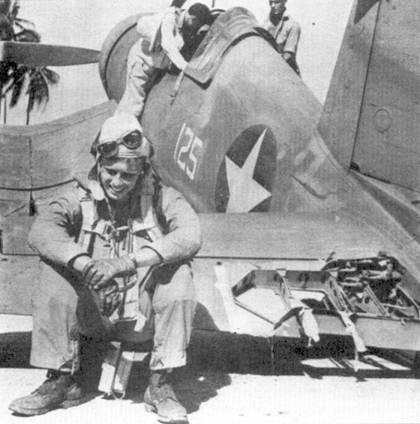 Кэптен Дональд Л. Бэлч присел па стабилизатор своего «Корсара». Всю войну Бэлч прослужил в эскадрилье VMF- 221. Две победы он одержал в период, когда VMF-221 базировалось па Соломоновых островах, еще три — действуя с авианосца «Банкер Хилл». «6 июля 1943г. мы летели от острова Руссель к Новой Георгии. На маршруте нас перехватила группа «Зеро». Я зашел в хвост одному самолету противника и сбил его. Я оглянулся — у меня на хвосте сидел японский истребитель. Снаряды пробили фонарь кабины, вышла из строя часть приборов. Я немедленно сделал «ножницы», затем спикировал до высоты 6000 футов. Ведомый последовал за мной хотя я не мог объяснить ему в чем дело — не работала радиостанция. Мы вместе вернулись на аэродром. Я с огромным трудом посадил самолет — истребитель на малой скорости едва слушался рулей»,— вспоминал Бэлч.