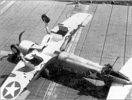 Истребитель F4U-1 «Корсир» с бортовым кодом «17-F-24» из эскадрильи VF-17 скапотировал при посадке па палубу авианосца «Банкер Хилл», август 1943г. Посадка «Корсаров», особенно самолетов с фонарями кабин раннего образца, на палубу авианосца не была простым делом. Доработка амортизаторов основных опор шасси позволила снизить вероятность капотирования. Квалификационные испытания по базированию на авианосце «Корсары» проходили в эскадрильях VF-12 и VF-17, по перед отправкой на театр боевых действий эскадрилью VF-12 перевооружит «Хеллкэтами», а «Корсары» эскадрильи VF-17 работали с береговых аэродромов.