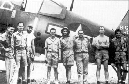 На истребителе F4U-IA «Корсар» Bu№17629 с бортовым номером «1» и собственным именем «BIG HOG» летал лейтенант-коммендер Дж он Т. Блэекбарн, снимок сделан па аэродроме Ондонга 11 ноября 1943г. В этот день Блэекбарн одержал свою четвертую победу в воздушном бою, па борту фюзеляжа видны символы четырех сбитых японских самолетов. Перед истребителем стоят, слева направо: Уэртон, Гаттенхарст, Мэрч, Блэкбарн, Херманн, Тейлор. Других лиц, запечатленных а снимке, идентифицировать не удалось.