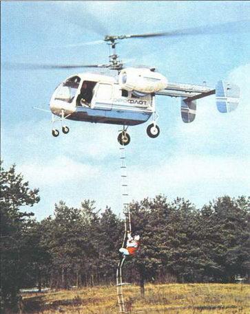 Подъем на борт вертолета Ка-26 человека по лестнице и спасательной лебедкой через люк