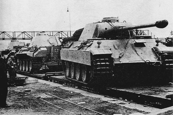 Погрузка «пантер» модификации D, отправляемых на фронт.