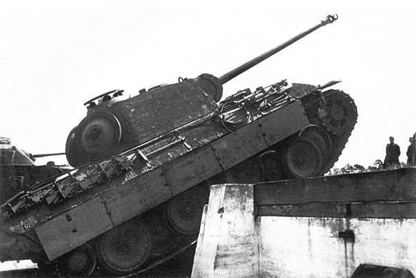 Совместные испытания «Пантеры» и вражеских танков на одном из немецких полигонов. На заднем плане американский средний танк М3 «Генерал Ли».