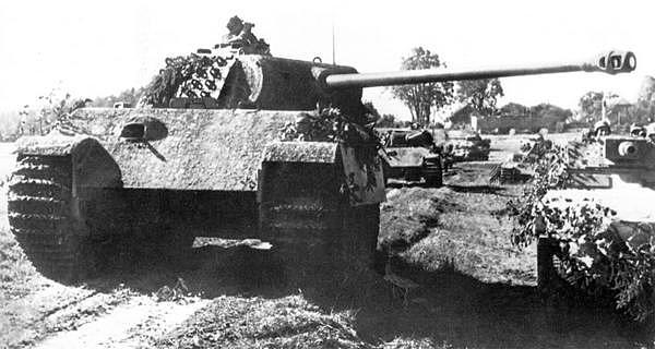 «Пантеры» AusfG из 5-й танковой дивизии СС «Викинг» выдвигаются на передний край. Восточный фронт, лето 1944 года.
