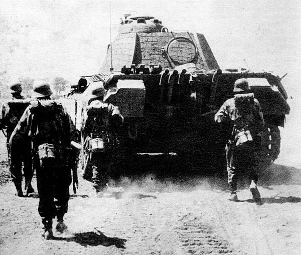 Немецкая пехота сопровождает атакующую «Пантеру». Большие размеры танка обеспечивали пехотинцам надежное укрытие.