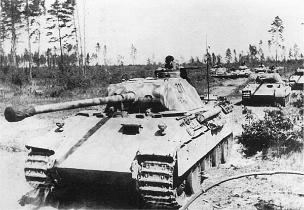«Пантеры» AusfD выдвигаются к рубежу атаки. Восточный фронт, операция «Цитадель», июль 1943 года.
