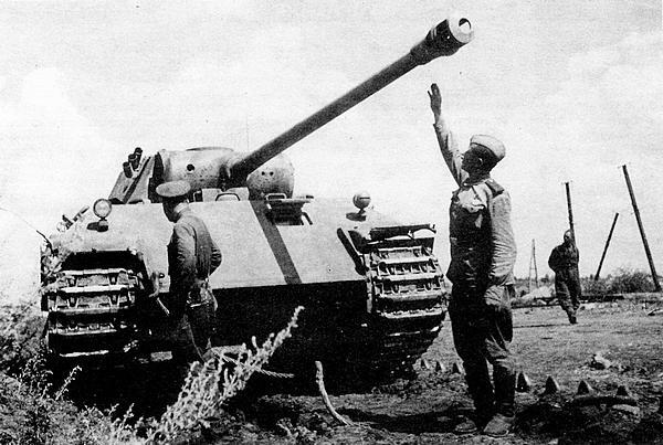 Советские солдаты осматривают подбитую «Пантеру» AusfD. Дымовые гранатомёты устанавливались только на машинах этой модификации. Лето 1943 года.