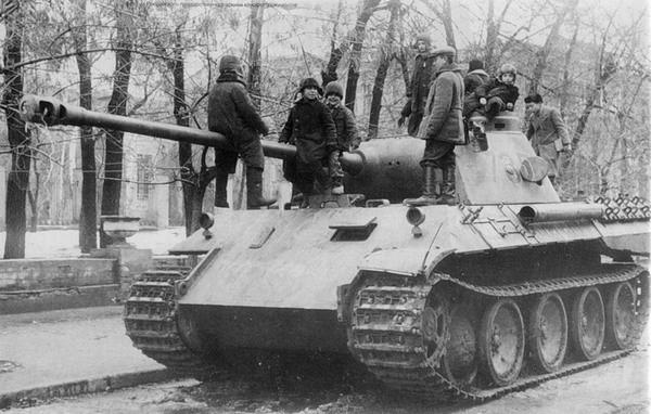 Танк варианта D, брошенный немцами на улицах Харькова. Осень 1943 года.