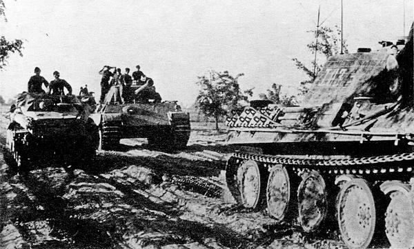 На переднем плане командирский танк Sd.Kfz267, сзади — «Пантера» AusfG и бронеавтомобиль Sd.Kfz234/3. 5-я танковая дивизия СС «Викинг», Восточный фронт, Польша, август 1944 года.