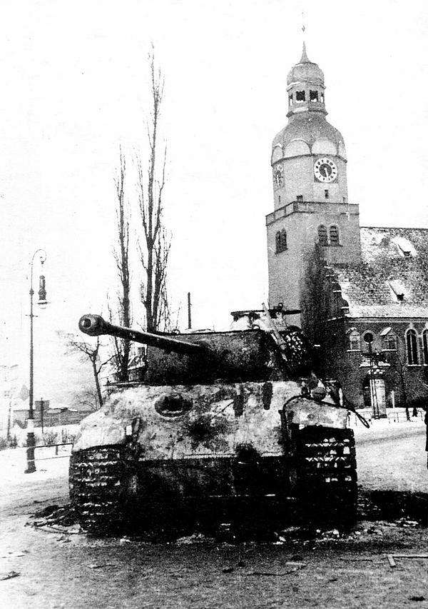 «Пантера» AusfG, подбитая на улицах Познани в январе 1945 года. Обратите внимание: в лобовой броне корпуса две сквозные пробоины.