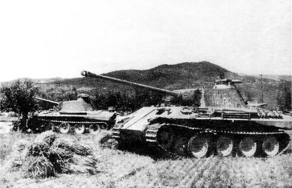 На переднем плане командирская «Пантера» Sd.Kfz267. Танковая дивизия «Герман Геринг», Италия, весна 1944 года.