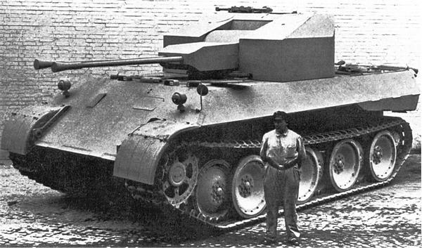 Шасси «Пантеры» AusfD с установленным на нём деревянным макетом башни ЗСУ «Коелиан».