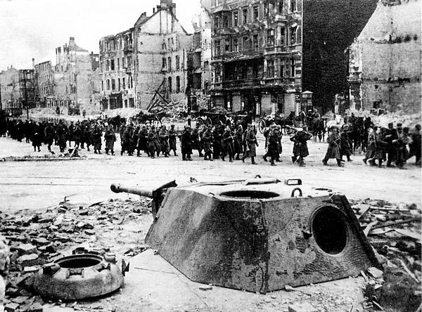 Разбитый дот, в котором использовалась башня от «Пантеры». Берлин, май 1945 года.