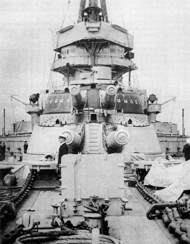 """Линейный корабль """"Кинг Джордж V"""". Вид на полубак и носовую надстройку. На переднем плане 343-мм орудийные башни """"А"""" и """"В"""". Фото сделано во время посещения корабля английским королем Георгом V в конце войны."""