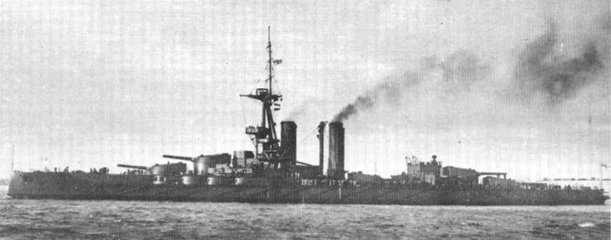 """Линейный корабль """"Айрон Дюк"""" на ходовых испытаниях в конце ноября 1913 г. На фок-мачте еще отсутствует рубка с постом управления артиллерийским огнем, не достроен ходовой мостик, нет прожектора на второй дымовой трубе."""