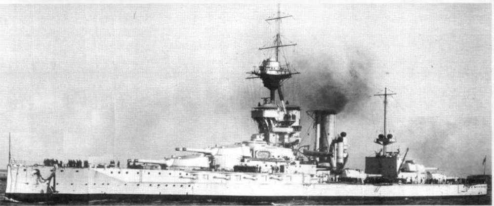 """""""Мальборо"""" входит в Гранд-Харбор на Мальте, январь 1922 г., после четырех лет службы в Средиземноморском флоте. Обращает на себя внимание светлая окраска корабля — окраска боевых кораблей Средиземноморского флота."""