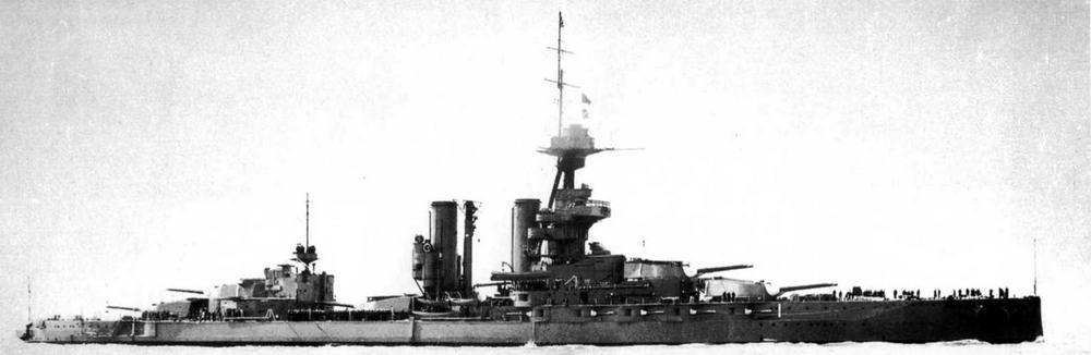 """Линейные корабли """"Бенбоу"""" (вверху) и """"Имперор оф Индиа"""" в годы войны"""