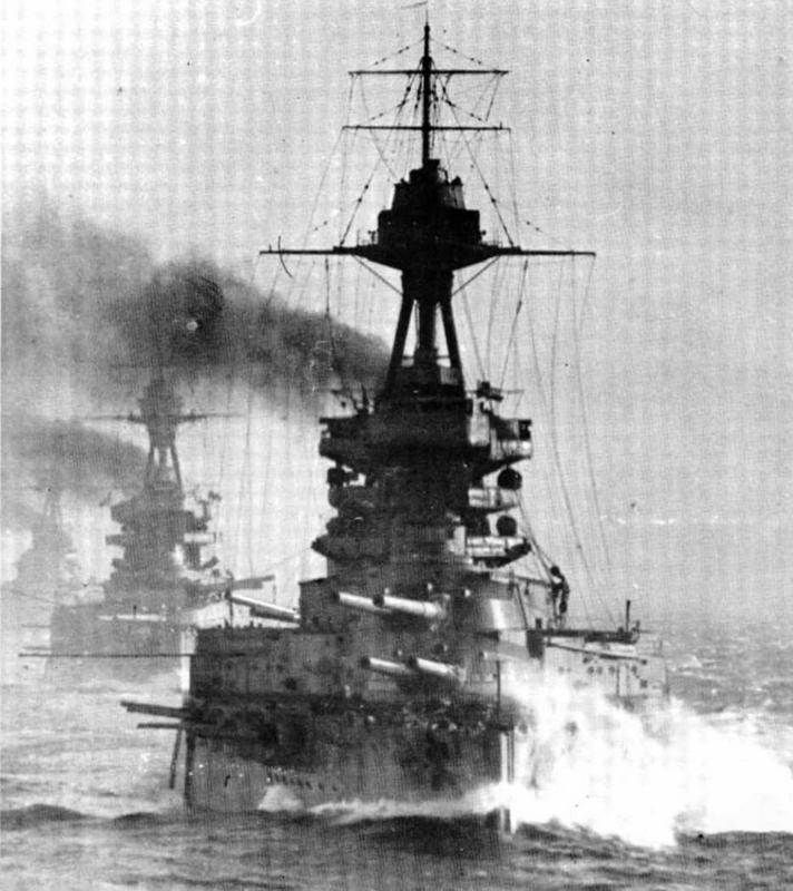 """Линейные корабли """"Бенбоу"""" (головной), за ним """"Мальборо""""и """"Айрон Дюк"""" при патрулировании в Северном море зимой 1918 г. Ограниченная видимость, пронизывающий холодный ветер, постоянно моросящій дождь — условна которые наводчики орудий постоянно должны были стоически выносить, находясь зимой в Северном море."""